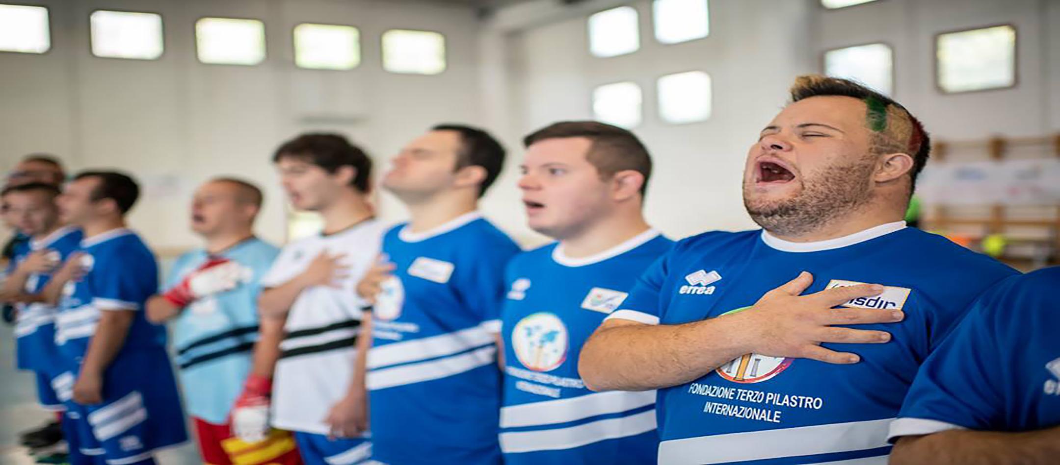 I ragazzi della Nazionale Calcio a 5 Fisdir durante il canto dell'inno