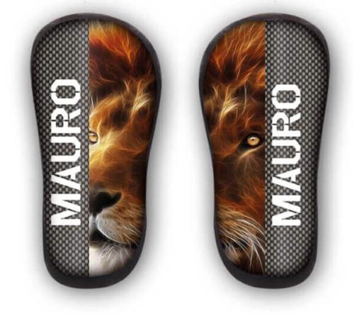 Parastinchi in carbonio personalizzati con leone e nome