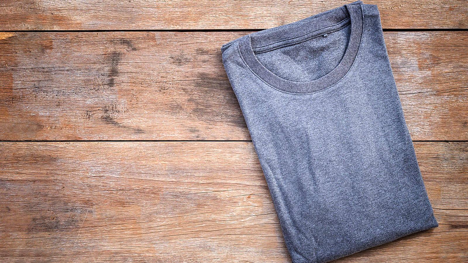 T-shirt da personalizzare su tavolo in legno